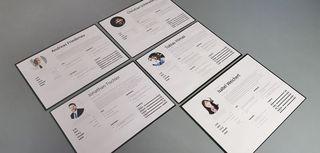 Fünf Personas liegen in Karten auf einem grauen Tisch
