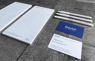 Blöcke, Stifte und Visitenkarten im Corporate Design der Deutschen Gesellschaft für Auswärtige Politik