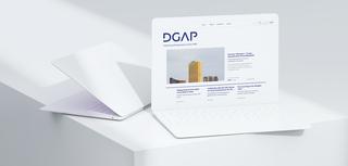 MockUp in einem Tablet von der Website der Deutschen Gesellschaft für Auswärtige Politik
